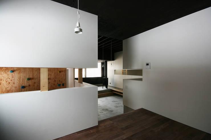 ダイニングからリビングを見る: 石塚和彦アトリエ一級建築士事務所が手掛けたダイニングです。