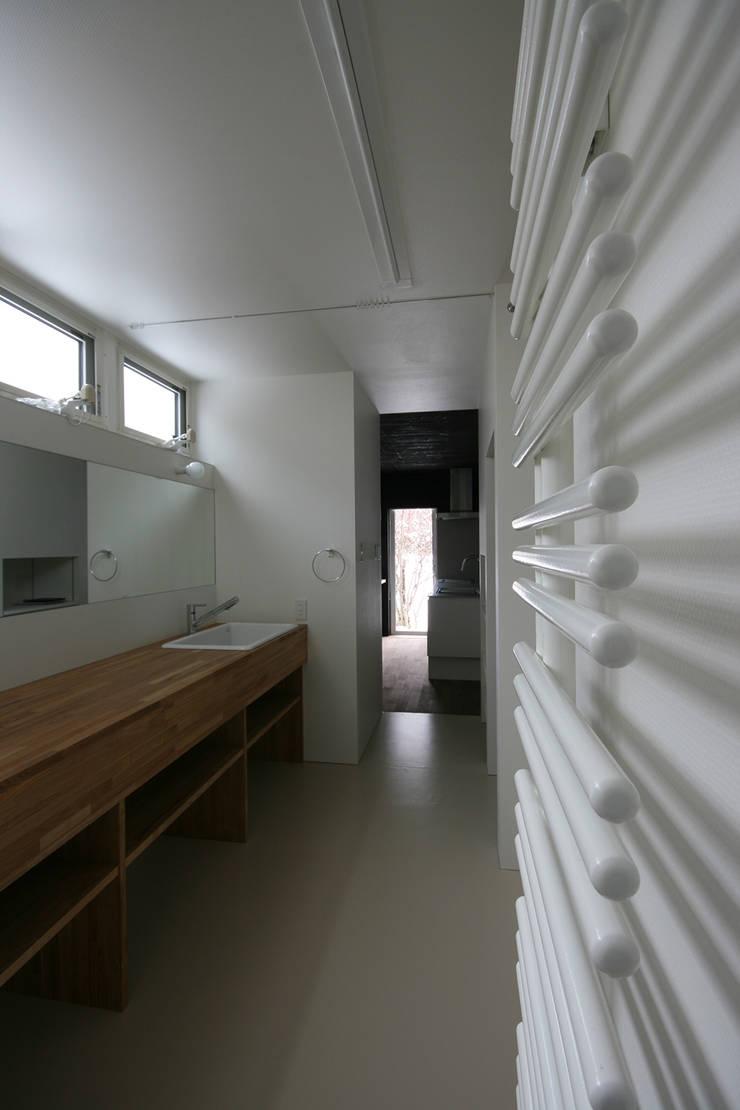 洗面・脱衣室: 石塚和彦アトリエ一級建築士事務所が手掛けた浴室です。,