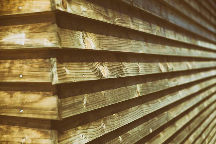 外壁 木貫板下見板貼: 石塚和彦アトリエ一級建築士事務所が手掛けた壁です。,モダン