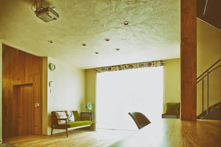 リビングルーム2: 石塚和彦アトリエ一級建築士事務所が手掛けたリビングです。,モダン