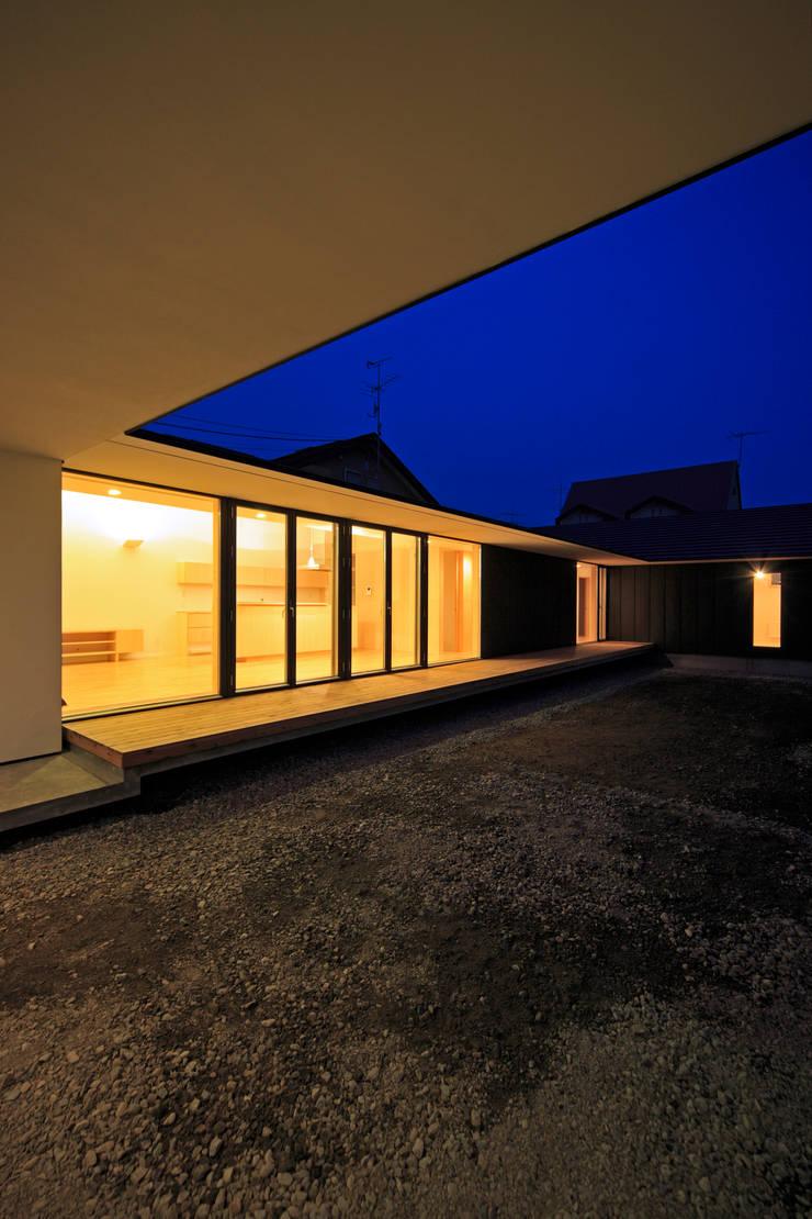 外観夕景1: 石塚和彦アトリエ一級建築士事務所が手掛けた家です。