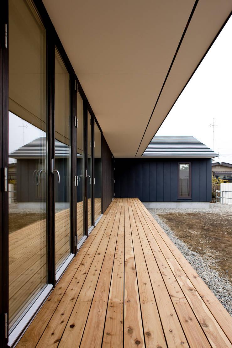 縁側: 石塚和彦アトリエ一級建築士事務所が手掛けたテラス・ベランダです。