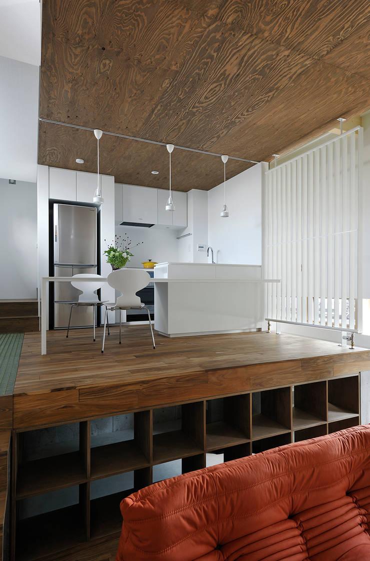 ダイニングルーム・キッチン2: 石塚和彦アトリエ一級建築士事務所が手掛けたダイニングです。