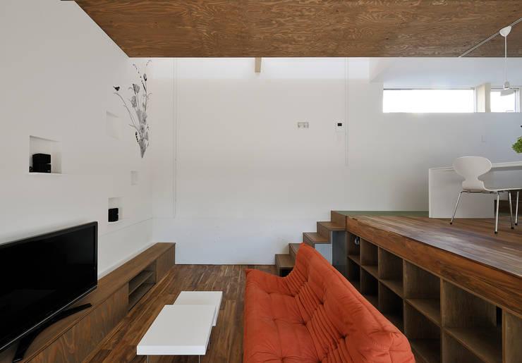 リビングルーム2: 石塚和彦アトリエ一級建築士事務所が手掛けたリビングです。
