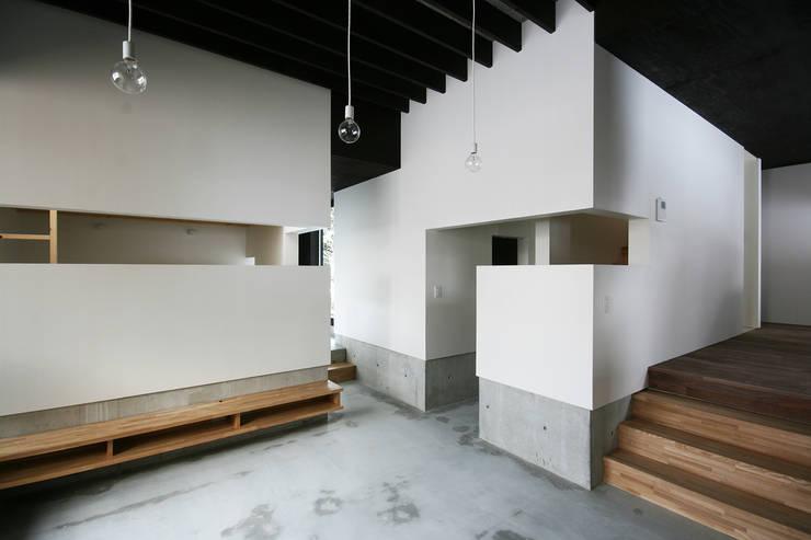 リビングルーム2: 石塚和彦アトリエ一級建築士事務所が手掛けたリビングです。,