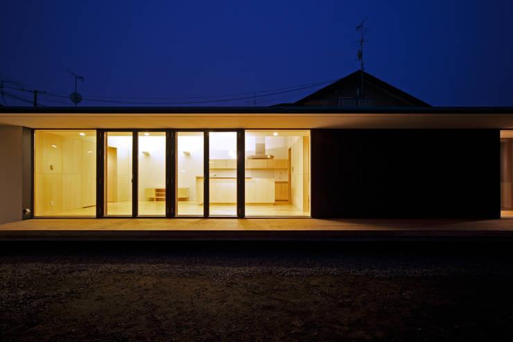 外観夕景2: 石塚和彦アトリエ一級建築士事務所が手掛けた家です。