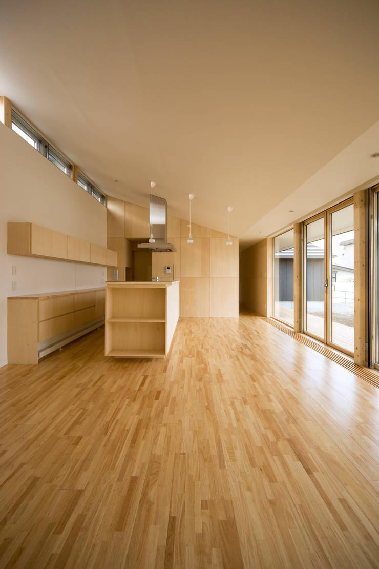リビング・ダイニング・キッチン: 石塚和彦アトリエ一級建築士事務所が手掛けたリビングです。
