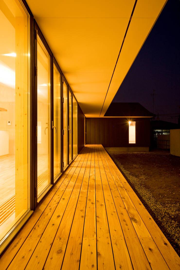 縁側夕景: 石塚和彦アトリエ一級建築士事務所が手掛けたテラス・ベランダです。