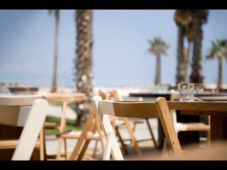 Comer en la playa: Jardines de estilo  de GARCIA HERMANOS