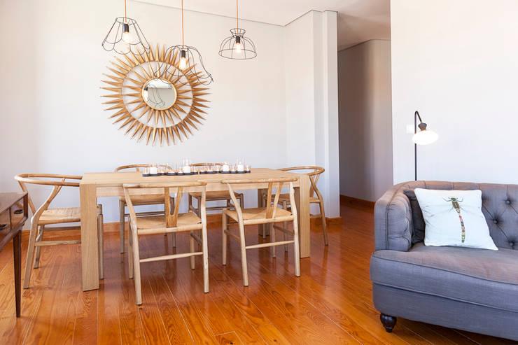hanging lamp: Sala de jantar  por Home Staging Factory