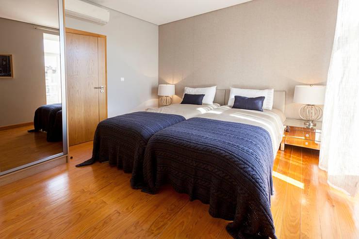 Double bedroom: Quartos  por Home Staging Factory