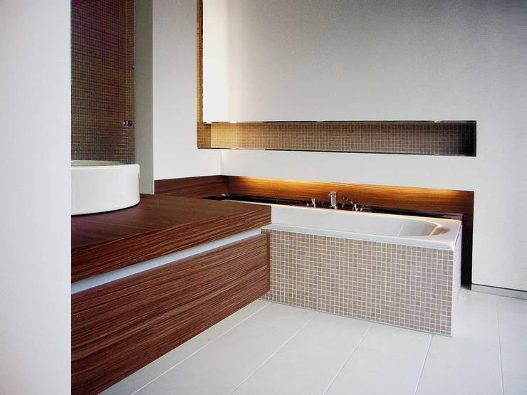 wohnhaus mit torhaus, soltau: moderne Badezimmer von Peter Olbert Architekt