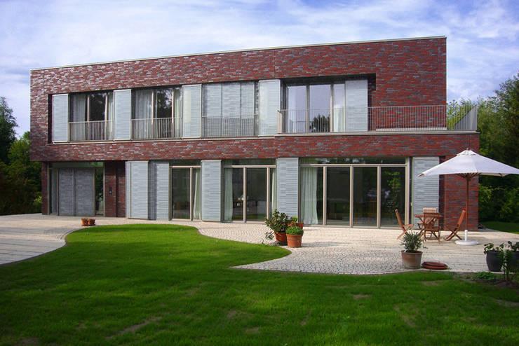 wohnhaus mit torhaus, soltau: moderne Häuser von Peter Olbert Architekt