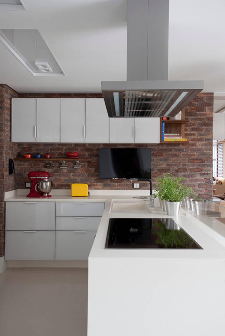 Apartamento Bossa: Cozinhas  por Juliana Pippi Arquitetura & Design,Moderno