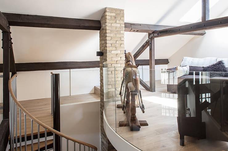Прихожая, коридор и лестницы в . Автор – Nic  Antony Architects Ltd