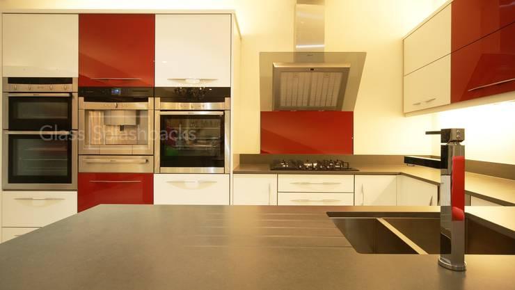 Mondrian inspired Kitchen: Red glass cooker splashback. :  Kitchen by DIYSPLASHBACKS