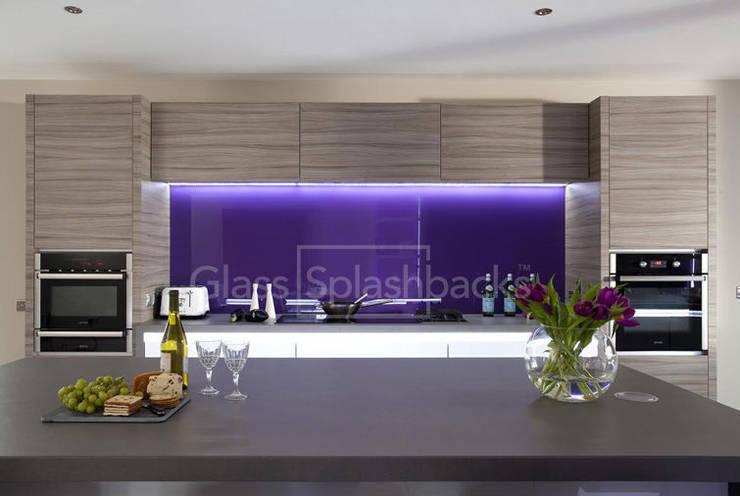 Striking Purple Glass Splashback in Zebrano Modernist Kitchen:  Kitchen by DIYSPLASHBACKS
