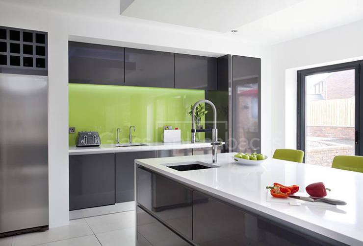Wild Lime Glass Splashback in Grey Minimalist Kitchen:  Kitchen by DIYSPLASHBACKS