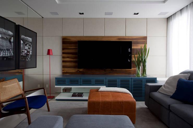 Apartamento Bossa: Salas multimídia  por Juliana Pippi Arquitetura & Design,Moderno
