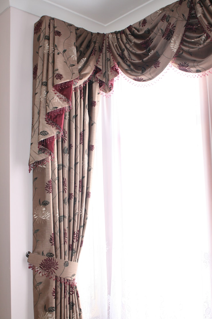 Floral swag and cascade curtain. :  Windows & doors  by Alf Onnie