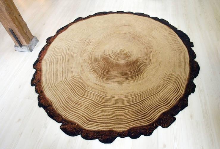 Woody Wood kleed:  Woonkamer door YLdesign