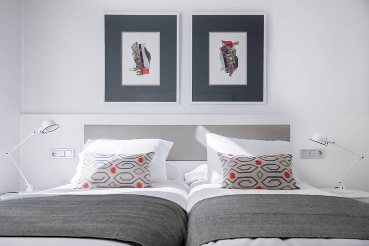Dormitorios de estilo  por SILVIA REGUERA INTERIORISMO