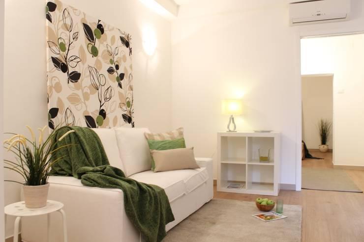Soggiorno DOPO:  in stile  di Puglia Home Staging