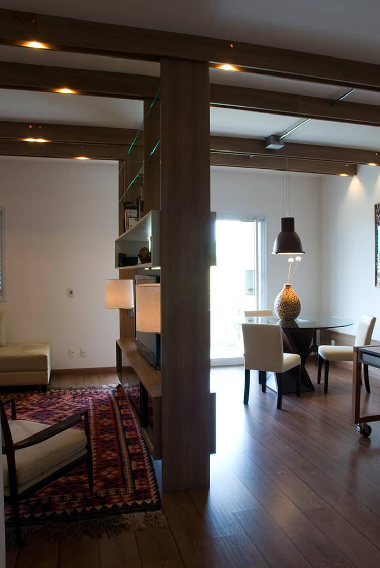 Interior | Apartamento – II: Salas multimídia  por ARQdonini Arquitetos Associados