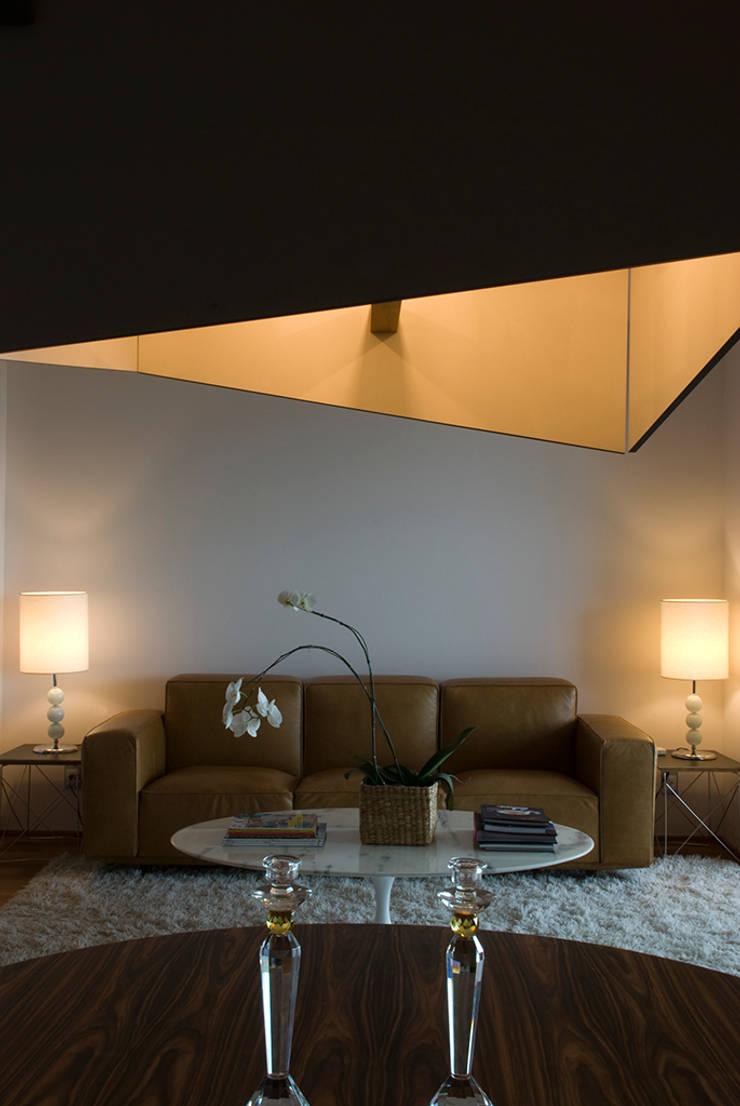 Interior | Apartamento – II: Salas de estar  por ARQdonini Arquitetos Associados