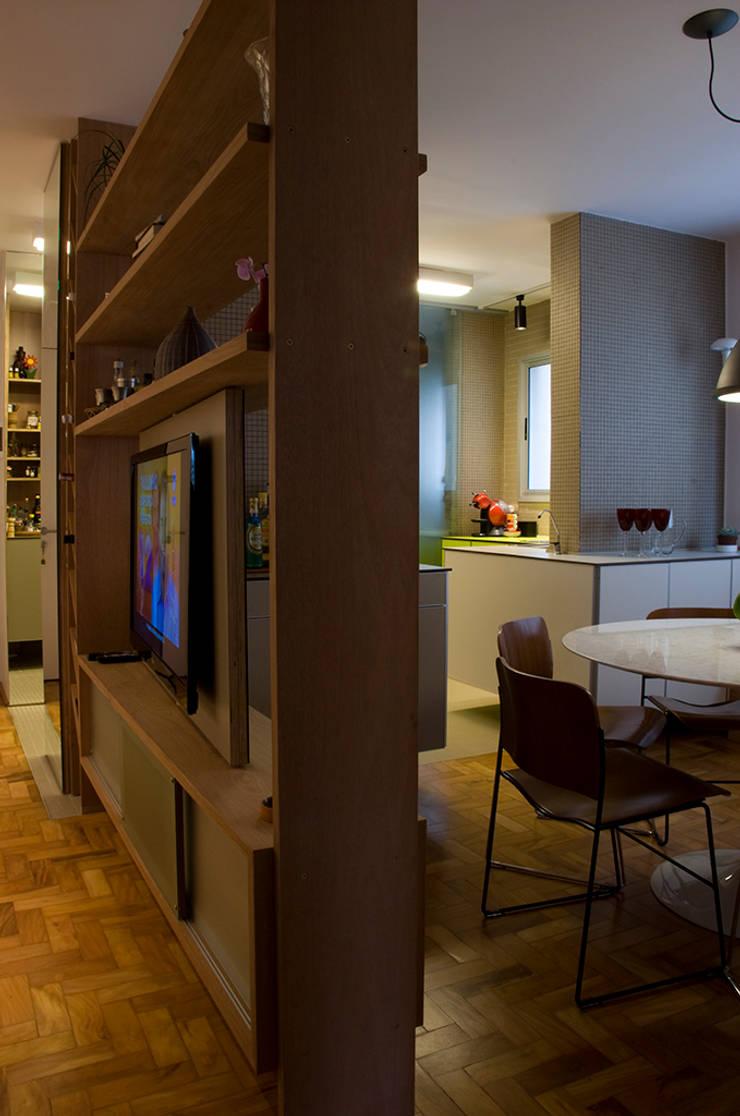 Interior   Apartamento – III: Salas multimídia  por ARQdonini Arquitetos Associados,