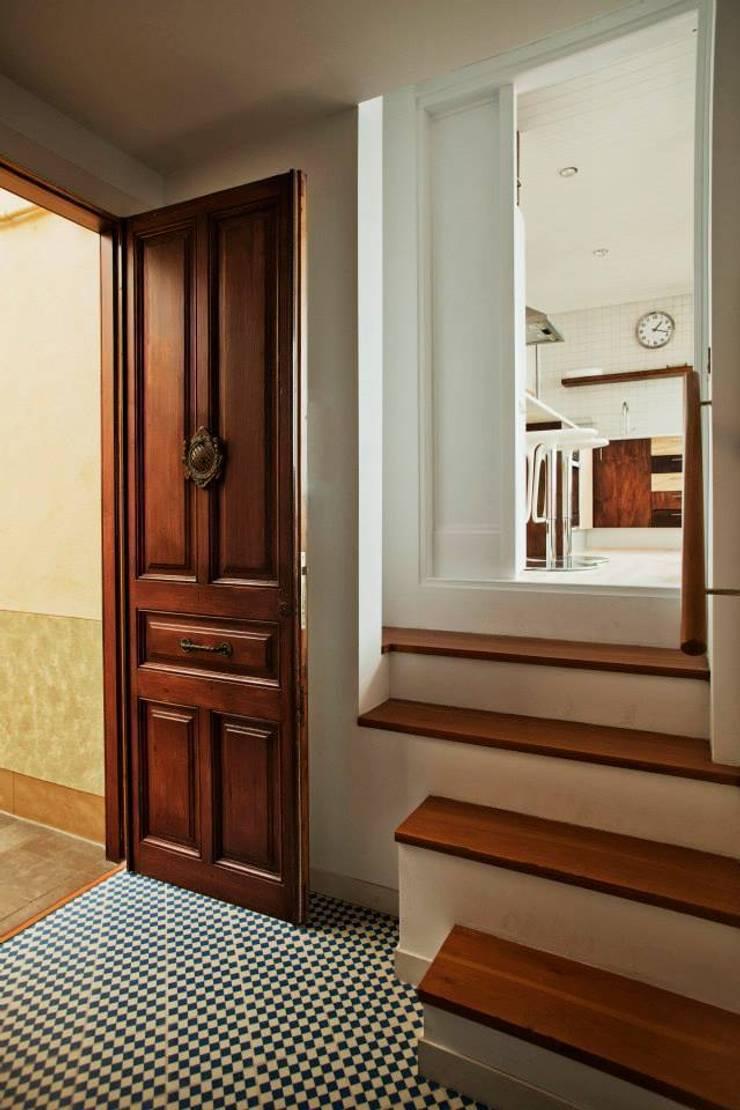 Vista y acceso a la cocina desde el recibidor: Cocinas de estilo  de mobla manufactured architecture scp