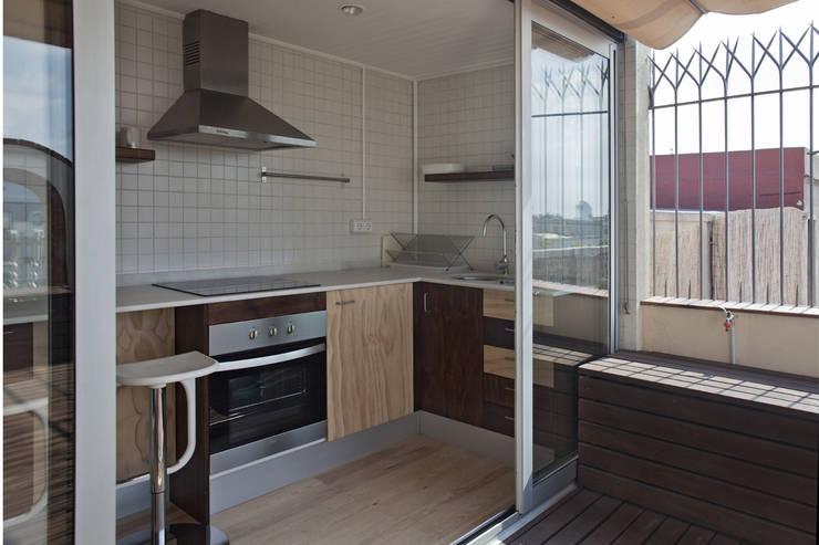 Cocina abierta a terraza: Cocinas de estilo  de mobla manufactured architecture scp