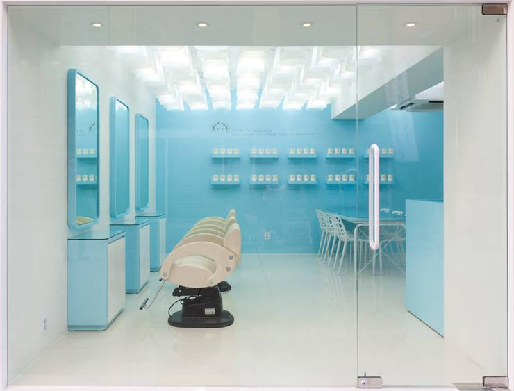 기존의 미장원과 다른 시원한느낌의 새로운 공간: Design m4의  상업 공간