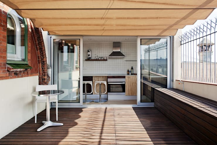 Cocina con acceso a terraza: Cocinas de estilo mediterráneo de mobla manufactured architecture scp
