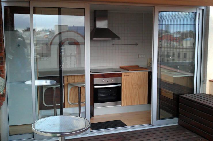 Cocina con puertas de acceso a la terraza: Cocinas de estilo  de mobla manufactured architecture scp
