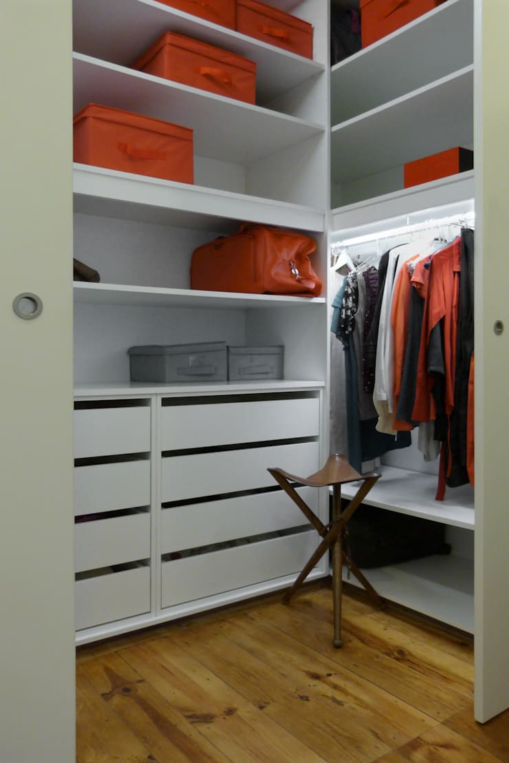 Apartamento na Av. Roma: Closets  por Atelier da Calçada