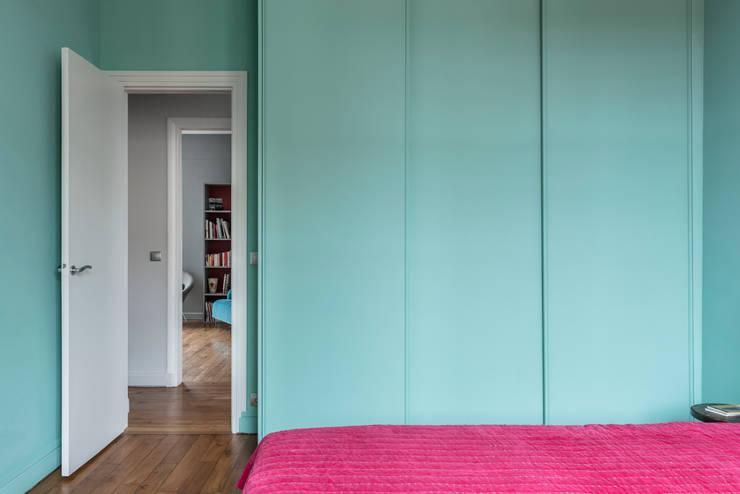 Chambre avec placard: Chambre de style  par Decorexpat