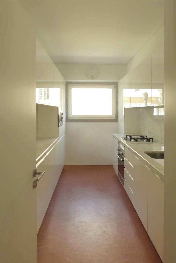 Apartamento na Av. Roma: Cozinhas  por Atelier da Calçada