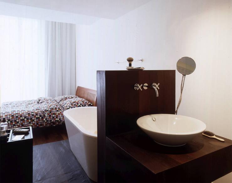 Auguststraße:  Badezimmer von HS Architekten BDA