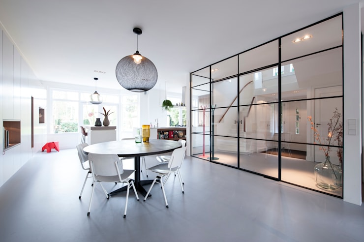 餐廳 by StrandNL architectuur en interieur, 現代風