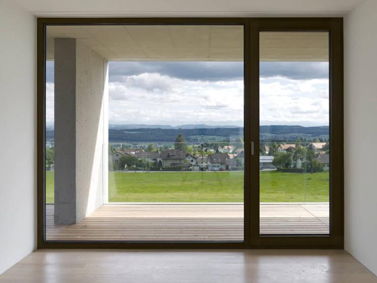 Doppelvilla am Jurasüdfuss: minimalistische Schlafzimmer von ern+ heinzl Architekten