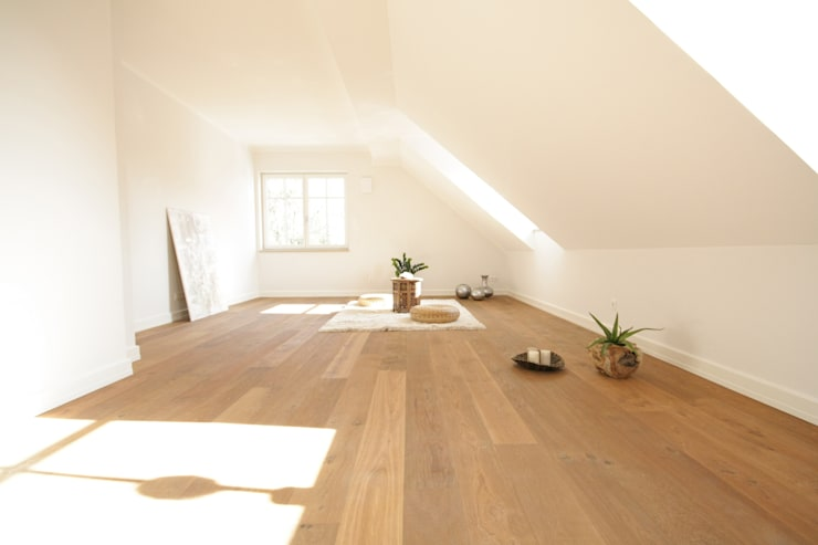 Gimnasios de estilo moderno por Home Staging Cornelia Reichel