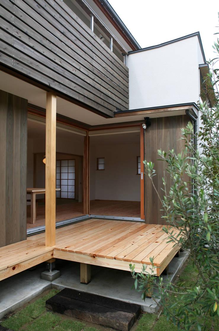 デッキスペース: 瀧田建築設計事務所が手掛けたテラス・ベランダです。