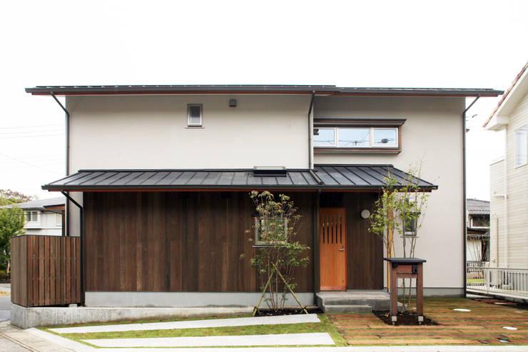 アプローチ側外観: 瀧田建築設計事務所が手掛けた家です。