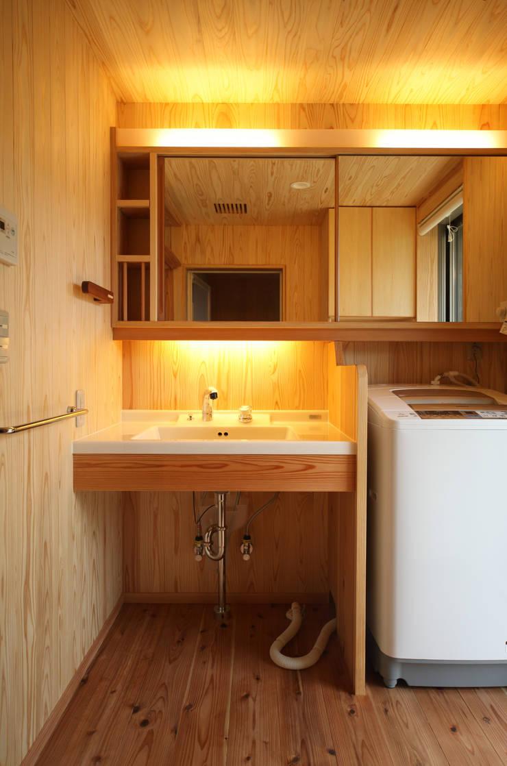 洗面室: 瀧田建築設計事務所が手掛けた浴室です。