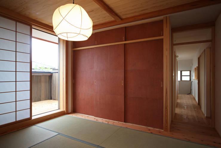 寝室: 瀧田建築設計事務所が手掛けた寝室です。