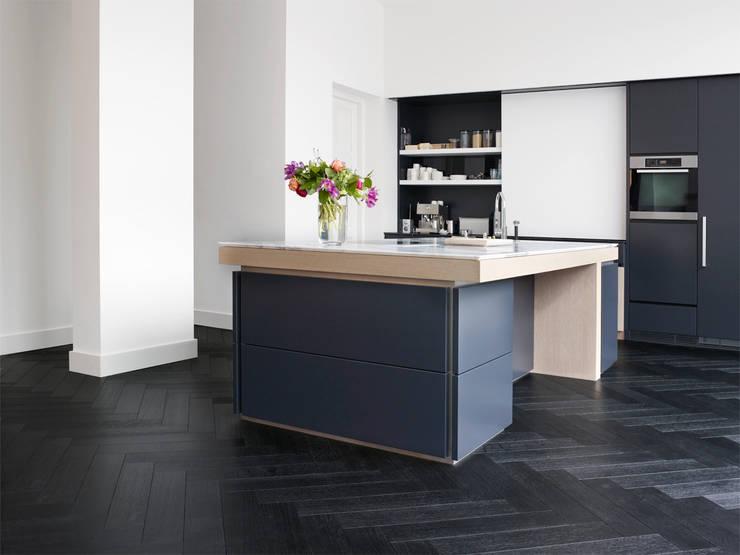 Leefruimte in parket:  Keuken door Nobel flooring, Modern