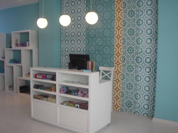 Balcão de atendimento: Escritório e loja  por Traço Magenta - Design de Interiores