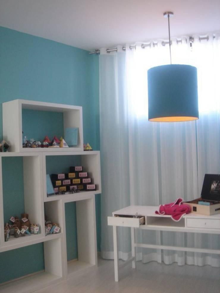 Zona de exposição de loiças, sabonetes...: Escritório e loja  por Traço Magenta - Design de Interiores