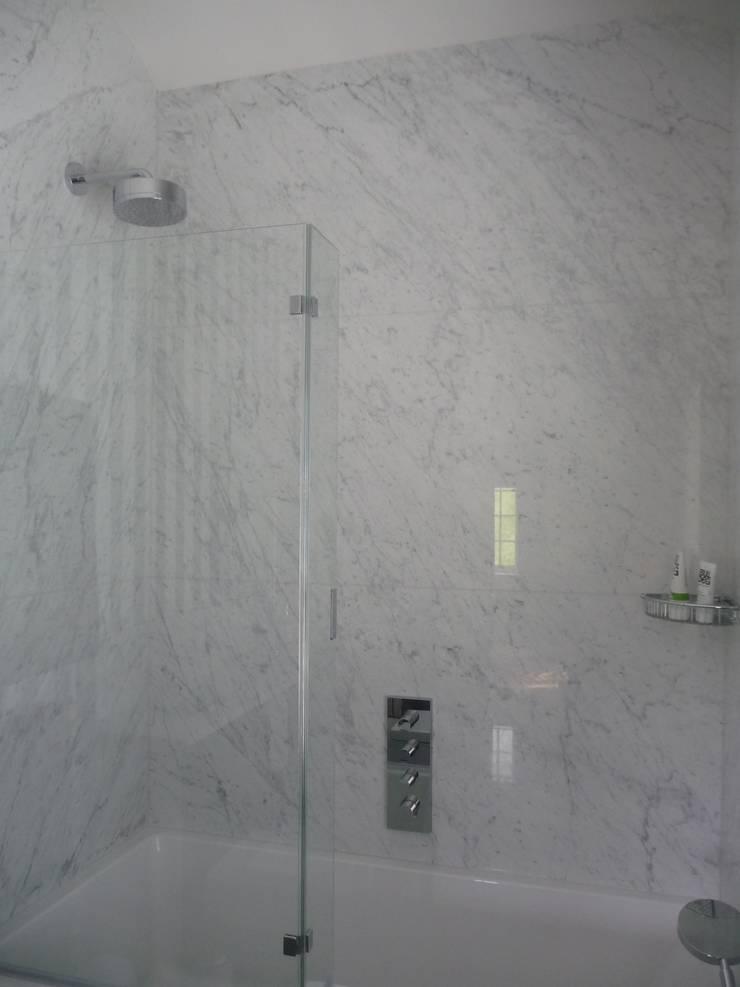 Carrara Marble:  Bathroom by Marbles Ltd